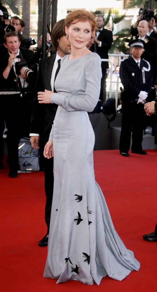 kirsten-dunst-chose-long-sleeved-gown-festival-premiere
